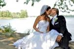 Photo de mariage baiser sur le bord de l'eau
